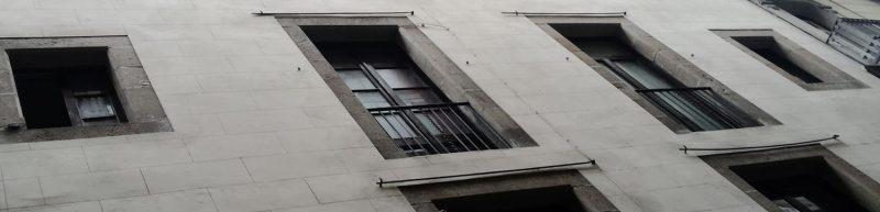 ayuda a la rehabilitación de ventanas en un edificio del centro de barcelona