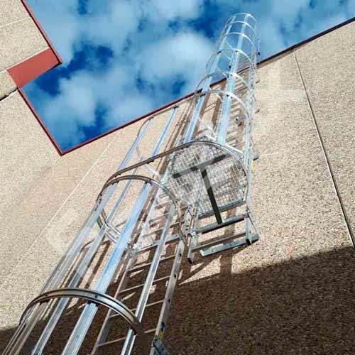 Escaleras verticales en protecciones colectivas